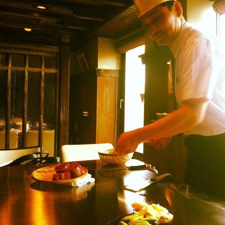Misono Kyoto : Preparazione della carne, cotta alla piastra sul tavolo di fronte al cliente