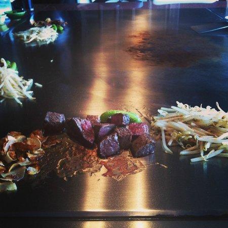Misono Kyoto : Presentazione della carne cucinata e servita a pezzetti, accompagnata da fettine di aglio