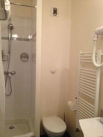 Le Parc des Fees Hotel: cabine de douche (70X70) fermée par un rideau, wc tout petit et le seche cheveux en hauteur !