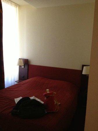 Le Parc des Fées Hotel : le lit , coincé entre la fenêtre et le mur mitoyen de la salle de bain