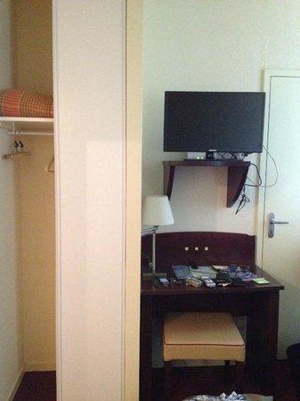 Le Parc des Fées Hotel : vue depuis le lit : la porte doit donner sur une autre chambre - tout petit placard