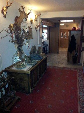 Hotel Bergland im Pitztal: corridoio che dalla reception porta alle camere