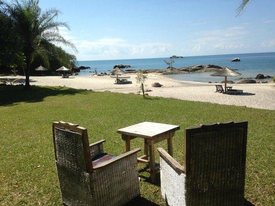 Makuzi Beach Lodge: Garten und Strand