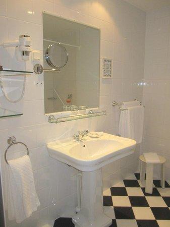 St. Petersbourg Hotel: Vista del elegante cuarto de baño.