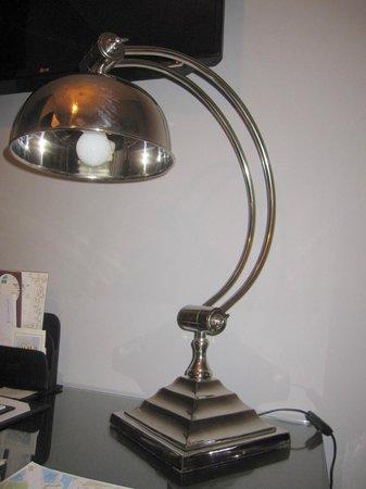 St. Petersbourg Hotel : Elegante lámpara de mesa