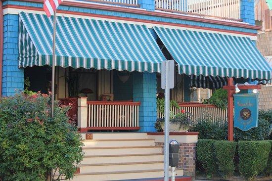 Windward House: Comfortable porch