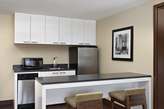 Four Points by Sheraton Kelowna Airport: Deluxe King Suite (Kitchenette)