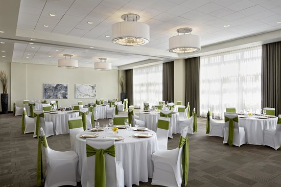 Four Points by Sheraton Kelowna Airport: Meritage Ballroom Wedding Set Up ( 200 Guests)