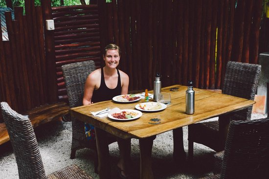 Pachamama Tropical Garden Lodge: Outdoor eating area at house