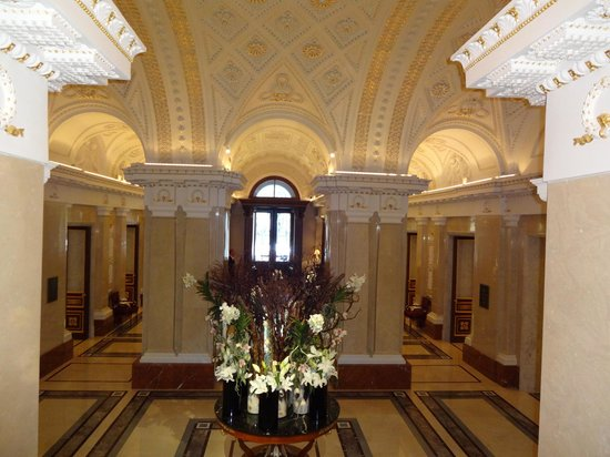 Four Seasons Hotel Lion Palace St. Petersburg: Lobby and front door from staircase