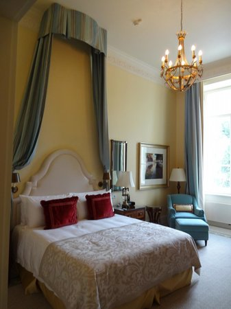 Four Seasons Hotel Lion Palace St. Petersburg: Beautiful high ceilings. Lovely linens. Comfy bed and pillows.