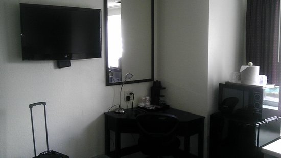 Jacksonville Plaza Hotel & Suites: Flat Screen TV