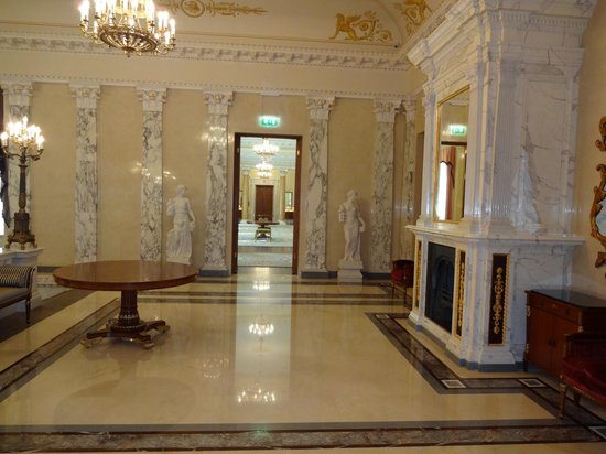 Four Seasons Hotel Lion Palace St. Petersburg: Grand staircase first floor landing.