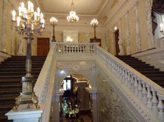 Four Seasons Hotel Lion Palace St. Petersburg: Grand staircase, 1st floor landing above, ground floor lobby below