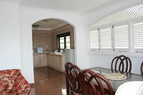Le Bonheur Villa: Вход на кухню пентхауза с террасы