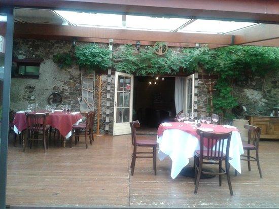 La Table du Meunier: vue terrasse intérieure