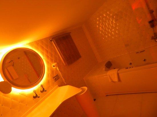 Hotel Sultania: bathroom of Sultan suite 1401