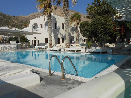 Bellonias Villas: The view of the pool from the promenade
