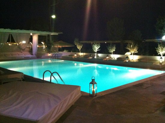 Bellonias Villas: The pool by night