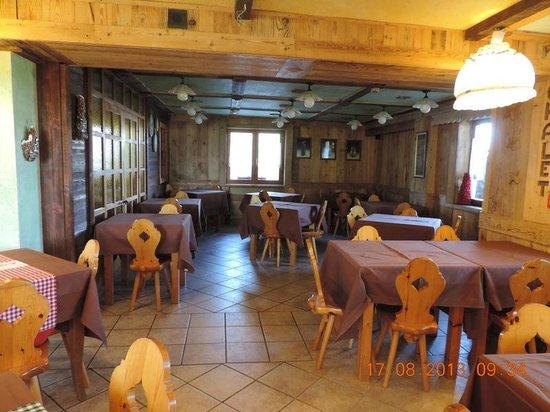 Hotel Chalet Des Alpes : Une partie de la salle à manger