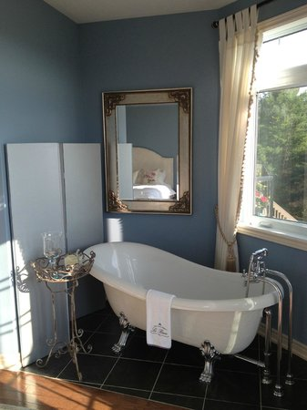 Benaaron Guest House: Soaker tub with candle
