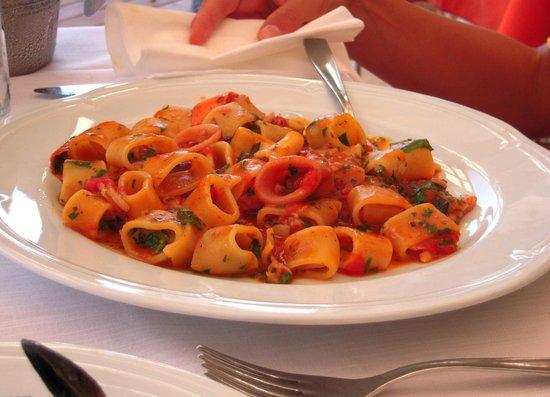 Monnalisa: calamarata con frutti di mare pancetta e cipolla rossa
