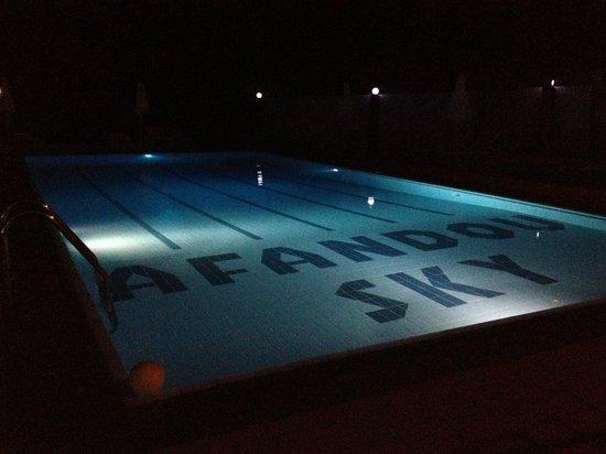 Afandou Sky Hotel: La piscine de nuit