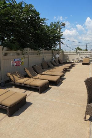 Holiday Inn Express North Bergen - Lincoln Tunnel: nice enough pool area even if the chairs are on the wrong side of the sun