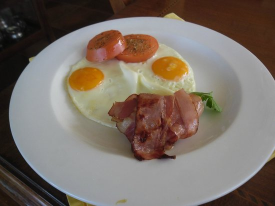 Summerplace Guesthouse: their fried eggs with bacon and tomato