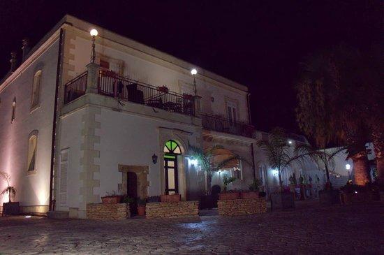 Hotel Principe di Fitalia Wellness & SPA: Entrance by night