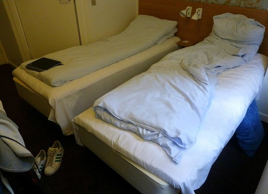 Savoy Hotel: La surface de la chambre,Je suis contre la fenetre et en haut à gauche on voit le mur avec la po