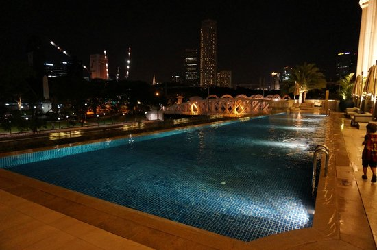 The Fullerton Hotel Singapore: The pool at night