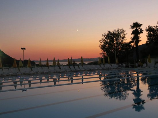 Poiano Resort Hotel: Swimming pool at sunset