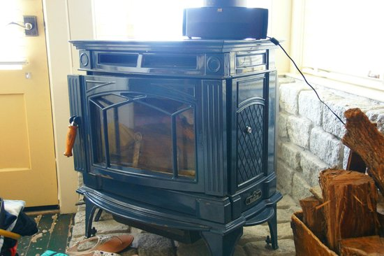 Nick's Cove Restaurant, Oyster Bar, Cottages: Woodburning stove in Al's