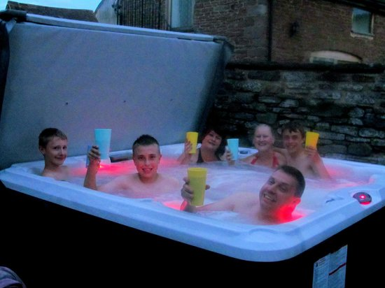 Tugford Farm: Hot tub