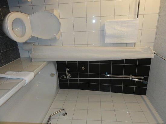 Hotel Don Giovanni: The Bathroom
