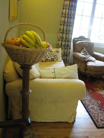 Le Chevrefeuille: fruit basket and seating near the breakfast area