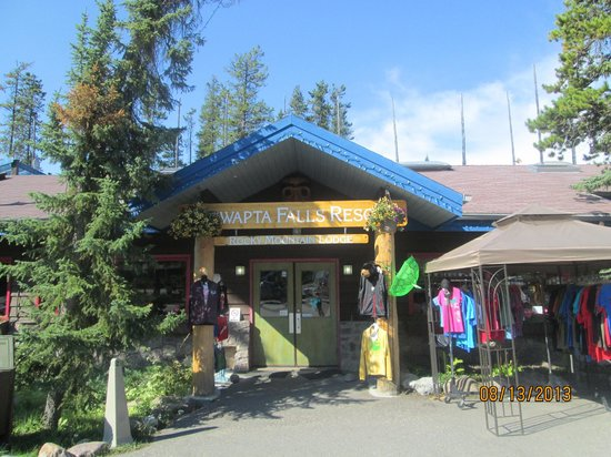 Sunwapta Falls Rocky Mountain Lodge: View from front entrance of gift shop and restaurants