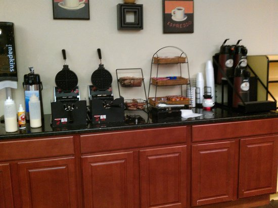 La Quinta Inn & Suites Memphis Airport Graceland: Free Continental Breakfast