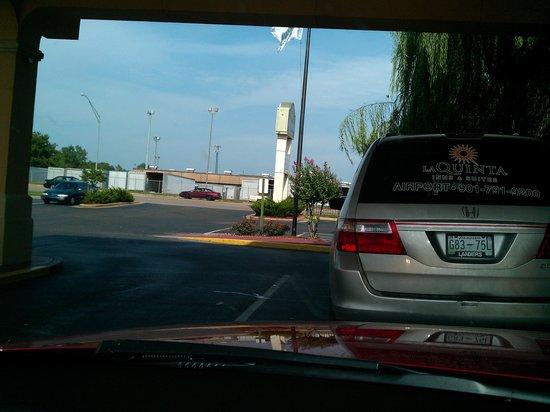 La Quinta Inn & Suites Memphis Airport Graceland: Hotel driveway