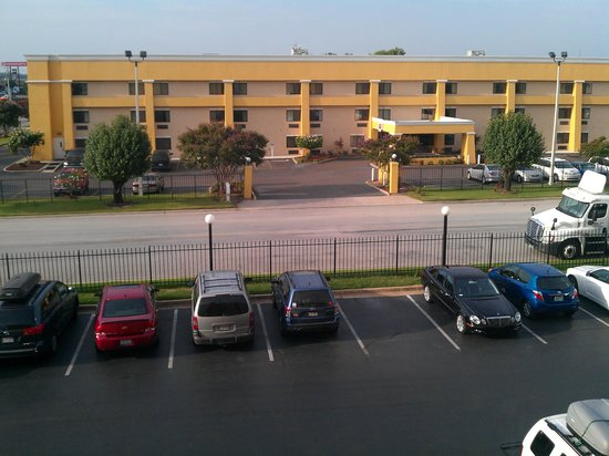 La Quinta Inn & Suites Memphis Airport Graceland: View from our room