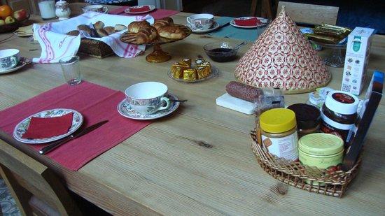 La Maison Zenasni: table petit déjeuner