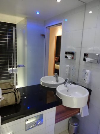 Holiday Inn Express Dresden City Centre: Salle de bain