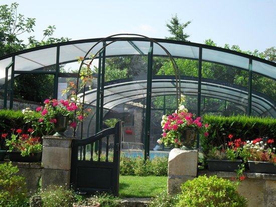 Le Puits Sainte-Claire : The garden and pool