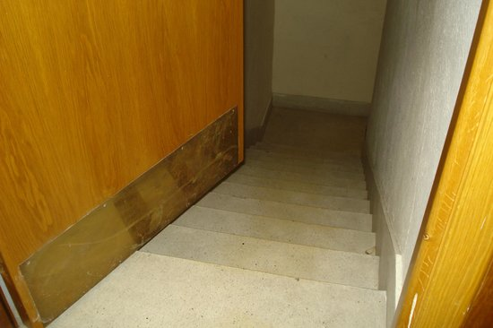 Windsor Hotel : A set of stairs with a door in front (no sign to warn what's behind)