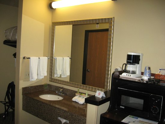 Holiday Inn Express Wisconsin Dells : Sink and Kitchen Area
