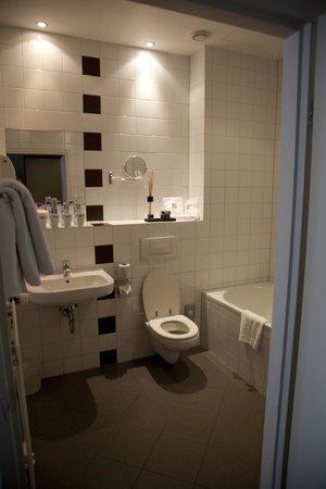 Hotel Mabi : titanic bathroom
