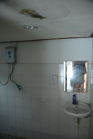 Phi Phi Sand Sea View Resort: Bathroom
