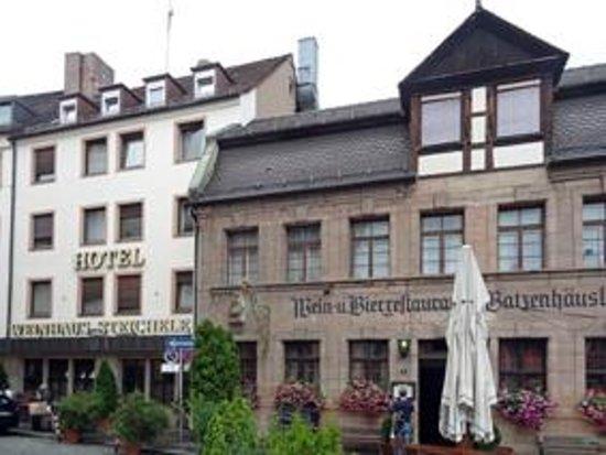 Steichele, Hotel Restaurant Weinstube: Hotel und Weinhaus von der Knorrstr. aus gesehen