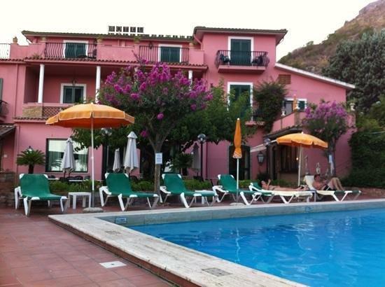 Hotel Villa Sirina: façade hôtel Villa Sirina avec piscine -:)